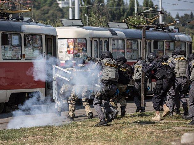 Policisté si vyzkoušeli v pražském Braníku, jak se vysvobozují rukojmí z tramvaje