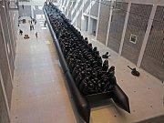 Aj Wej-wej– Zákon cesty. Sedmdesátimetrový nafukovací člun snadživotními postavami 258uprchlíků. Veletržní palác Národní galerie.