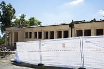 VPraze probíhají během letních prázdnin rekonstrukce. Na fotografiích je ZŠ a MŠ Radlická vulici Napláni.