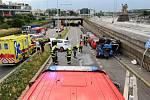 Při nehodě v Praze 7 se auto převrátilo na střechu jiného zaparkovaného vozidla.