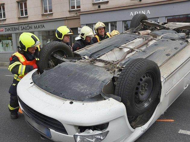 Auto se převrátilo na střechu.