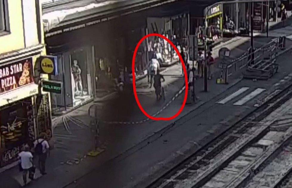 Policie hledá muže, kteří ukradli kola pražským strážníkům.