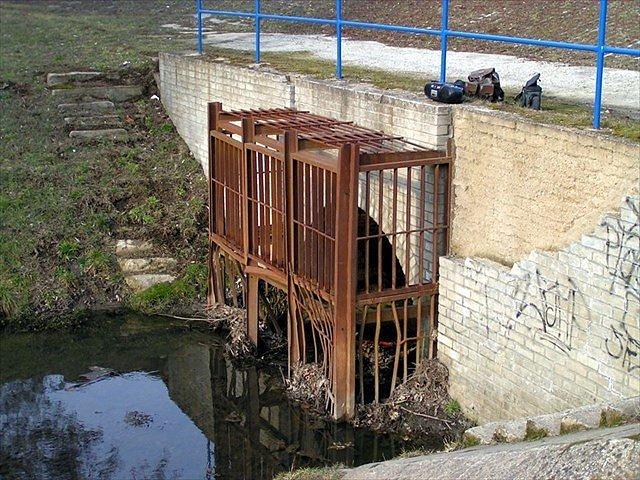 Při geocachingu v Motolském potoce zahynuli v červnu dva lidé. Některé kešky z pražských kanálů zmizely.