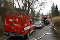 Při požáru chatky hasiči nalezli dvě ohořelá lidská těla