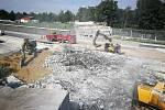 Ještě v pondělí 26. 7. 2021 nebyla dálnice D11 kvůli demolici mostu průjezdná. Akce přitom měla trvat jen do nedělního rána. Příměstské autobusy nabíraly až hodinová zpoždění.