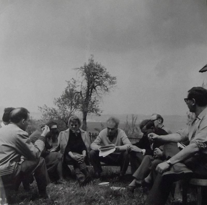 Šťovíčková mezi kolegy redaktory ze zahraniční redakce rozhlasu, 60. léta.