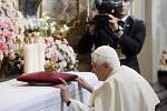 Benedikt XVI. se poklonil Pražskému Jezulátku a předal mu darem zlatou korunku.