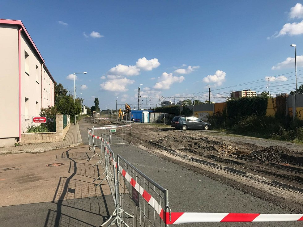 Stavba nového parkoviště na nádraží Praha-Hostivař.