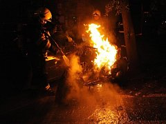 Požár skútru Aprilia v Londýnské ulici v Praze.