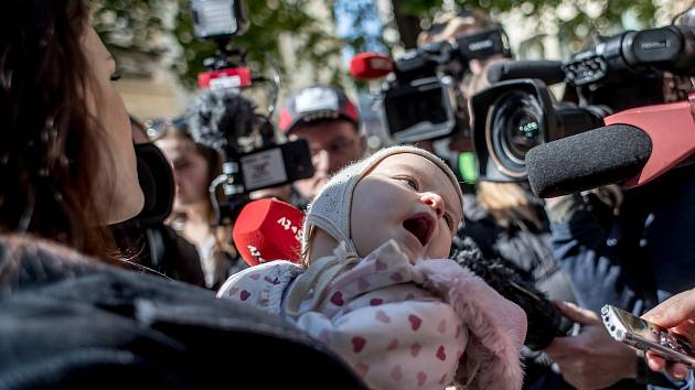 Akce na protest proti incidentu, ke kterému došlo na konci března, kdy ochranka pražské Raiffeisenbank upozornila kojící ženu, ať se zahalí, proběhla 15. dubna v pražské pobočce Raiffeisenbank v paláci Astra.