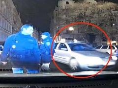 Pražští strážníci předali policistům dalšího řidiče taxi, který má vysloven zákaz provozovat živnost.