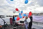 Protest proti zavření škol. Na Vltavu vyjely lodě s dýdžeji a protestujícími.