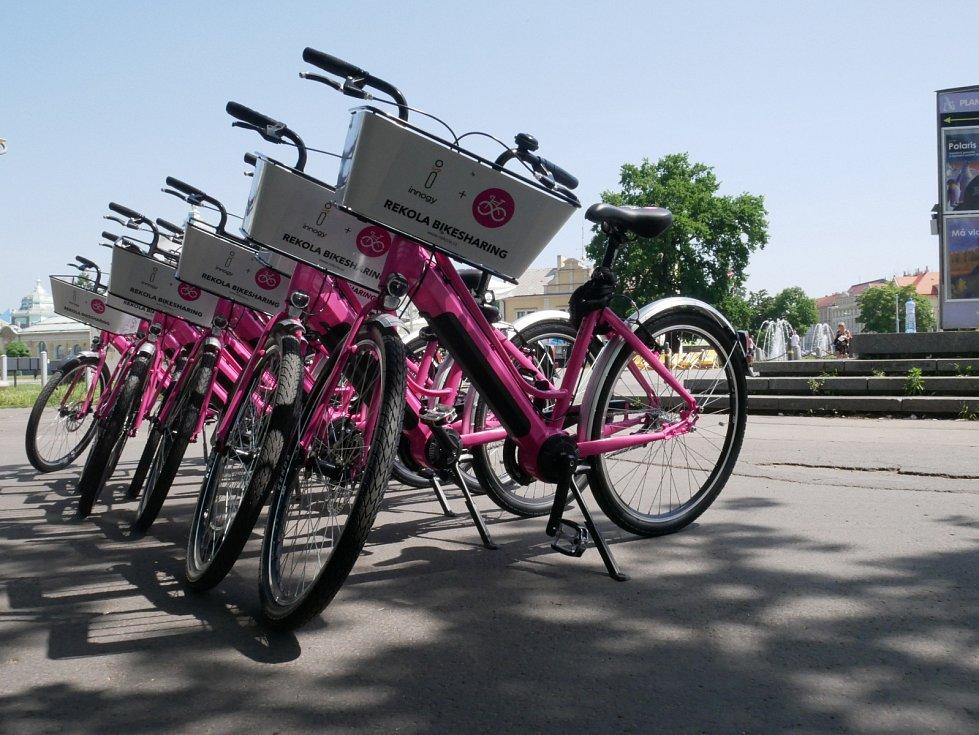 V Praze si lze půjčit růžová elektrokol od firmy Rekola ve spolupráci s innogy.