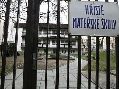 Školka U Průhonu zůstává nadále uzavřena, z provizorních prostor v Letohradské ulici se děti zatím nepřestěhují.