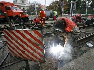 Při opravě křižovatky na Karlově náměstí se koleje mohou svářet jen přes den, protože tento pracovní úkon vyžaduje teplotu od pěti stupňů nad nulou.