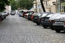 VÍTKOVA ULICE PŘEPLNĚNÁ AUTY. Většina obyvatel Karlína je podle průzkumu pro zavedení zón.