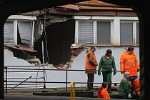Poškozená budova nákladového nádraží do které narazil posunovaný vagon.