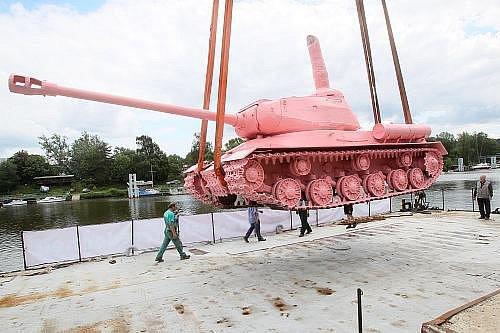 Slavný Růžový tank se v pondělí po dvaceti letech vrátil do Prahy, kde byl umístěn na pontonu uprostřed Vltavy. Pancéřový kolos přivezl do Prahy speciálně upravený nákladní vůz z vojenského muzea v Lešanech u Týnce nad Sázavou.