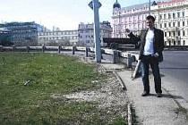 PROBLEMATICKÉ místo pro pěší je křižovatka ulice Ke Štvanici a sjezdu z magistrály, ukazuje Radim Knapp.