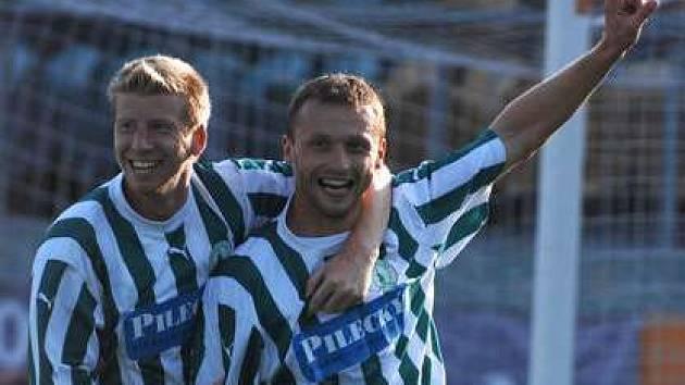 Josef Galbavý z Bohemians Praha (vlevo) objímá svého kolegu z útoku a střelce vedoucí branky Adama Brzezinu, zápas s Opavou však nakonec skončil 1:1.