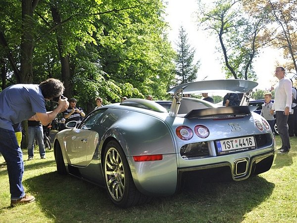 Hypersportovní Bugatti Veyron smaximální rychlostí přes 400kilometrů za hodinu.