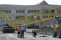 Manipulační jeřáb spadl 17. srpna na pozemku firmy Stavby silnic a železnic v pražských Řeporyjích.