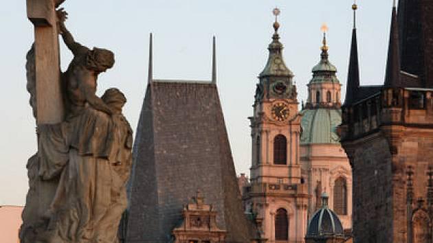 ZN. K PRONAJMUTÍ. Mostecké věže, věž kostela sv. Mikuláše na Malé Straně, rozhledna nebo Staroměstská radnice... Jak dopadne pokus Pražské informační služby?