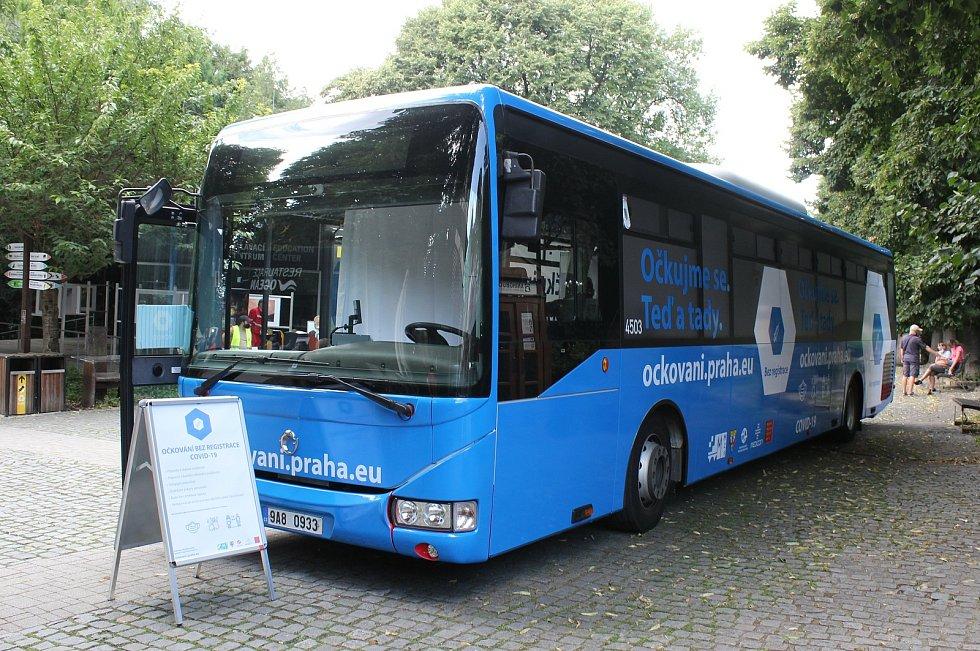 Z návštěvy primátora Hřiba na stanovišti Očkovacího autobusu v pražské zoo.