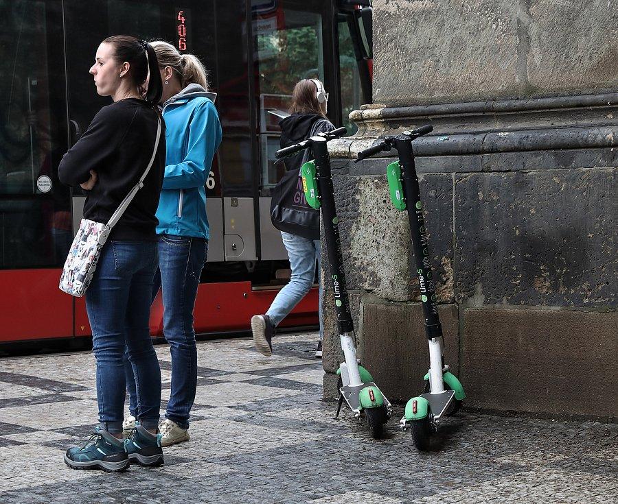 Elektrické koloběžky Lime v Praze.
