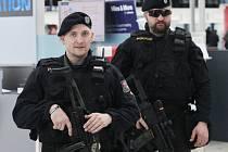 Policie na Letišti Václava Havla v Praze zvýšila v úterý 22. března 2016 po útocích v Bruselu bezpečnostní opatření.