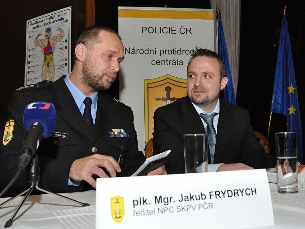 Úspěšný zásah proti čtyřčlennému gangu nelegálně zásobujícímu kulturisty – amatérské svalovce, ale i registrované sportovce – anabolickými steroidy (či spíše jejich padělky) představila v Muzeu policie ČR v Praze Národní protidrogové centrála.