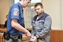 Odsouzený podvodník Václav Špaček, který připravoval z vazby vraždu svého společníka, si odpyká celkem 18 let v nejpřísnějším typu věznice. Souhrnný trest mu dnes potvrdil pražský vrchní soud, který nevyhověl Špačkovu odvolání.