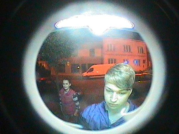 Otom, co se onoho večera odehrálo, by si policisté rádi pohovořili smladíkem doprovázeným dívkou, které zachytila kamera bankomatu.