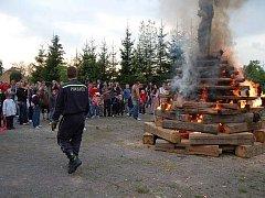 PÁLENÍ ČARODEJNIC. Zličínští hasiči dokazují v praxi rčení, že oheń je dobrý sluha, ale špatný pán.