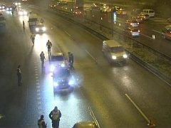 Jižní spojka byla na čtyři hodiny u Barrandovského mostu uzavřená a kontrole se musely podrobit posádky všech projíždějících vozidel