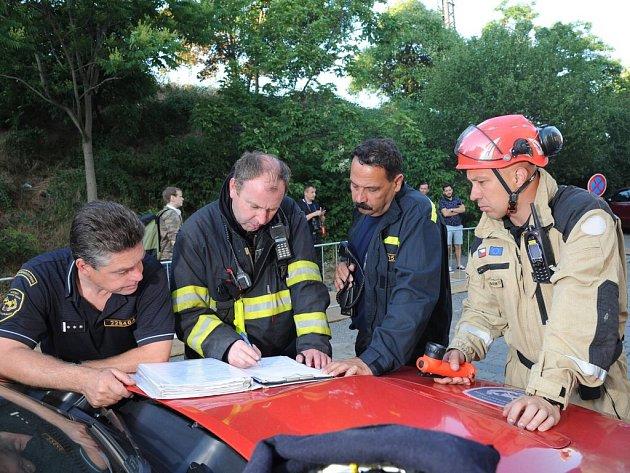 Z narušeného domu v Nuslích bylo evakuováno šest osob, na místě zasahoval USAR tým