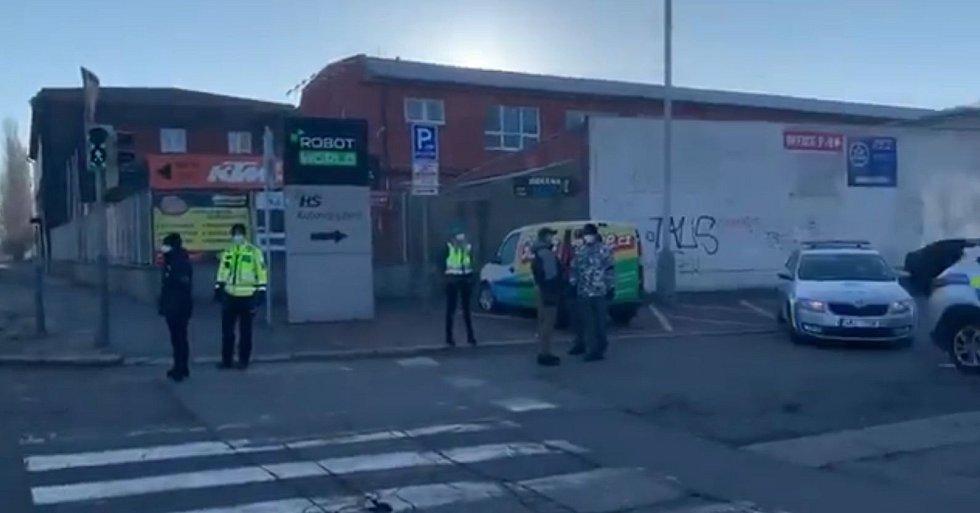 Policie hlídkovala před areálem blešího trhu ve Vysočanech.