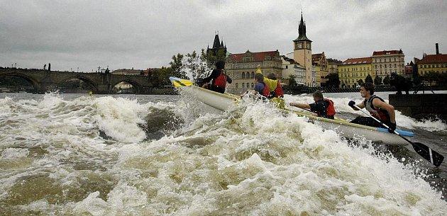 """Závod """"Napříč Prahou – přes tři jezy"""", při kterém zaplní řeku lodě vodních skautů a veřejnosti, proběhl v Praze 28. září. Byla to výjimečná příležitost sjet jinak zavřené pražské jezy."""