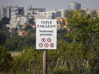 Několik vlastníků desítek hektarů v lokalitě pražského Trojmezí se 2. září rozhodli k uzavření celého prostoru instalováním zákazových cedulí. Rozhodli se tak s ohledem na neutěšený stav pozemků.