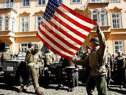 Na spanilou jízdu a přehlídku americké vojenské techniky a uniforem se v rámci blížících se oslav osvobození republiky a konce Druhé svétové války vydalo 3. května do pražských ulic okolo čtyřiceti legendárních willysů s jejich osádkami.