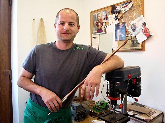 Výrobce smyčců z Říčan Petr Auředník jezdí šestkrát ročně pracovat i do ateliéru ve Španělsku. Jeho dlouholetým zákazníkem je i Pavel Šporcl.