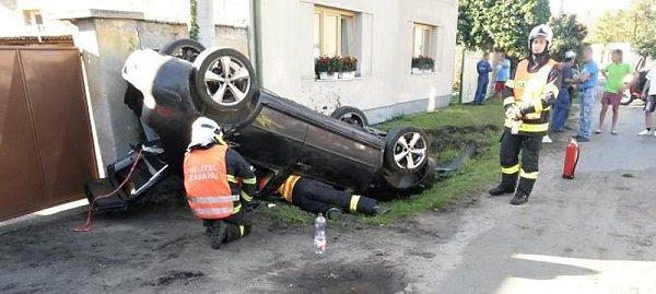 Osobní vozidlo skončilo vobci Dřísy po nehodě na střeše.
