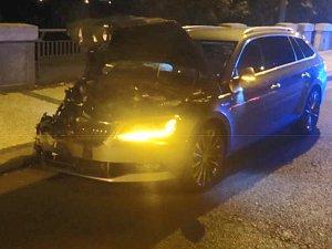 Strážníci v centru Prahy pronásledovali muže bez řidičáku v kradeném autě. Po bouračce vyskočil.