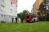 Hasiči, policisté i záchranáři zasahovali u požáru kuchyně v pražském Kamýku.