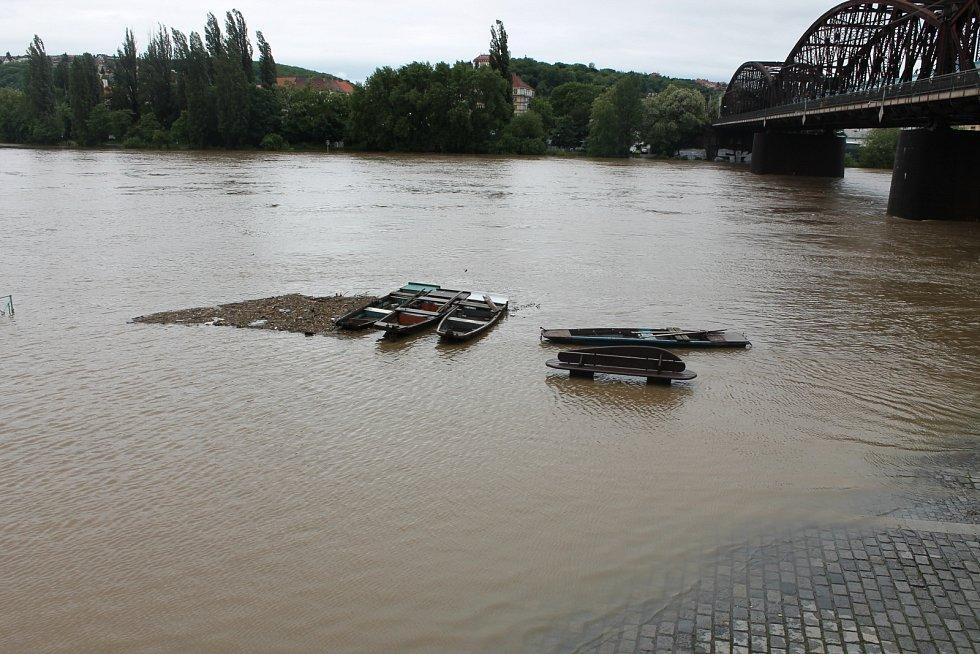 Prahu ohrožují záplavy.