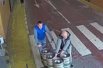 Policisté z místního oddělení Pankrác pátrají od března po dvou neznámých mužích, kteří v Praze 4 odcizili pět padesátilitrových sudů od piva.