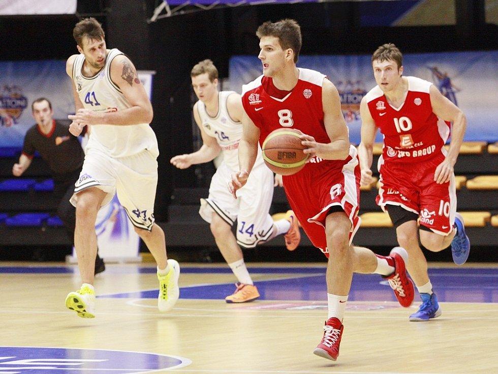ROZDÍL DVOU TŘÍD. Utkání 17. kola basketbalové ligy USK versus Nymburk jasně ovládli hosté.