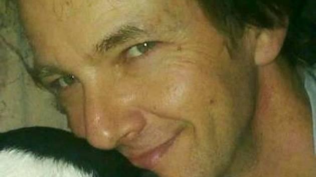Útočník ženě poleptal obličej, policie zveřejnila fotky podezřelého muže.