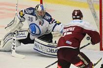 Sparťan Jan Buchtele v hokejovém utkání v Plzni.