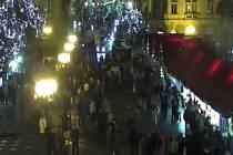 Pražská policie hledá ženu, která loni den před Štědrým dnem večer odvedla ze Staroměstského náměstí osmiletou dívku, aby ji zachránila před mimozemšťany.